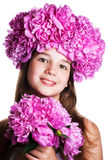 Menina com a grinalda de flores cor-de-rosa no fundo branco isolado Imagens de Stock