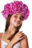 Menina com a grinalda de flores cor-de-rosa no fundo branco isolado Foto de Stock Royalty Free