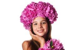 Menina com a grinalda de flores cor-de-rosa no fundo branco isolado Fotos de Stock Royalty Free