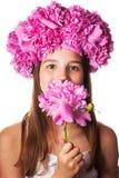 Menina com a grinalda de flores cor-de-rosa no fundo branco isolado Fotografia de Stock Royalty Free