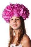 Menina com a grinalda de flores cor-de-rosa no fundo branco isolado Imagem de Stock Royalty Free