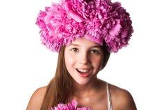 Menina com a grinalda de flores cor-de-rosa no fundo branco isolado Fotografia de Stock