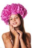 Menina com a grinalda de flores cor-de-rosa no fundo branco isolado Imagem de Stock