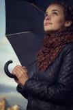 Menina com guarda-chuva em um reservatório Imagem de Stock Royalty Free