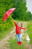 Menina com guarda-chuva vermelho fotografia de stock royalty free