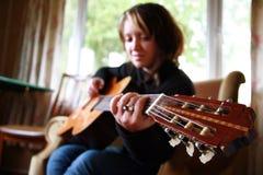 Menina com guitarra Fotografia de Stock Royalty Free