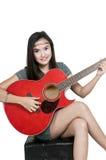 Menina com guitarra vermelha Fotos de Stock Royalty Free