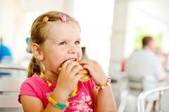Menina com Hamburger Imagens de Stock