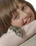 Menina com hamster pequeno Fotografia de Stock