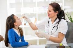 A menina com homeopatia do doutor Fotos de Stock Royalty Free