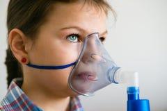 Menina com inalador da asma foto de stock