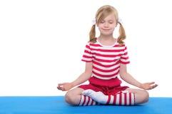 Menina com ioga praticando fechada olhos Fotos de Stock Royalty Free