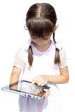 A menina com ipad como o dispositivo isolou o fundo branco Imagens de Stock