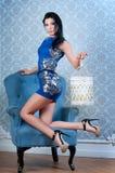 Menina com a lanterna no vestido curto azul imagens de stock