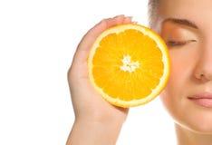 Menina com laranja suculenta Imagens de Stock