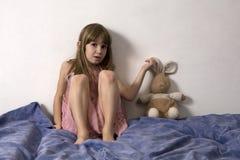 Menina com lebre Fotos de Stock Royalty Free
