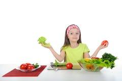 menina com legumes frescos. Foto de Stock