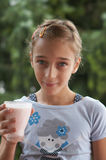 Menina com leite-moustache Fotos de Stock