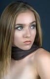 Menina com lenço de Brown foto de stock