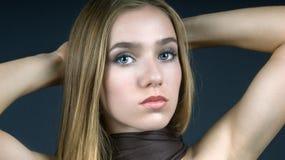 Menina com lenço de Brown foto de stock royalty free