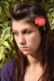 A menina com levantou-se no cabelo imagem de stock