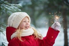 Menina com luzes de bengal inverno, dia imagens de stock