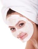 Menina com máscara do facial da argila. imagens de stock