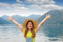 Menina com mãos acima em férias de verão Imagem de Stock Royalty Free
