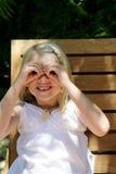 Menina com mãos binoculares Fotografia de Stock