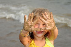 Menina com mãos de Sandy Imagens de Stock
