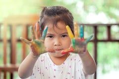 Menina com mãos pintadas Foto de Stock Royalty Free