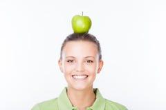 Menina com a maçã na cabeça Imagens de Stock Royalty Free