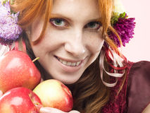 Menina com maçãs Fotos de Stock Royalty Free