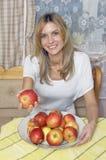 A menina com maçãs Imagens de Stock