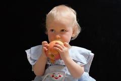 Menina com maçã Fotografia de Stock Royalty Free