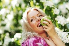 Menina com maçã verde Imagem de Stock Royalty Free