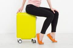 Menina com a mala de viagem amarela no fundo branco Férias de verão r Zombaria acima Copie o espaço molde Blan foto de stock royalty free