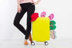 Menina com a mala de viagem isolada no fundo branco Férias de verão r r Zombaria acima Co imagens de stock