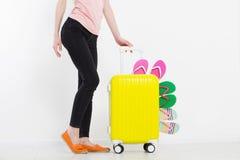 Menina com a mala de viagem isolada no fundo branco Férias de verão r r Zombaria acima Co imagens de stock royalty free