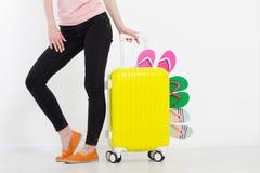 Menina com a mala de viagem isolada no fundo branco Férias de verão r r Zombaria acima Co imagem de stock royalty free