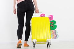 Menina com a mala de viagem isolada no fundo branco Férias de verão r r Zombaria acima Co imagem de stock
