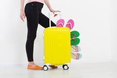 Menina com a mala de viagem isolada no fundo branco Férias de verão r r Zombaria acima Co fotos de stock