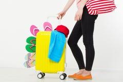 Menina com a mala de viagem isolada no fundo branco Férias de verão r r Zombaria acima Co foto de stock