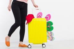 Menina com a mala de viagem isolada no fundo branco Férias de verão r r Zombaria acima Co foto de stock royalty free