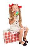 Menina com a mala de viagem retro do equipamento e do curso Foto de Stock