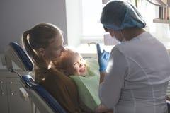 Menina com a mamã na sala do dentista - conversação com doutor foto de stock royalty free