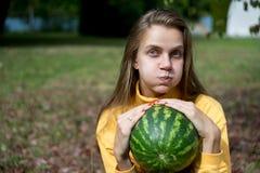 Menina com melancia imagens de stock