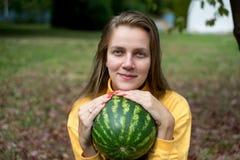 Menina com melancia foto de stock