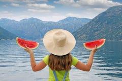Menina com a melancia em férias de verão Foto de Stock Royalty Free