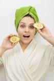 Menina com metades do abacate nas mãos Fotografia de Stock